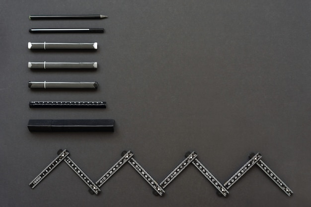 Régua e marcadores estão no espaço negro. lugar para texto Foto Premium