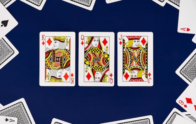 Rei da rainha jack jogando cartas baralho completo com fundo liso casino poker Foto Premium