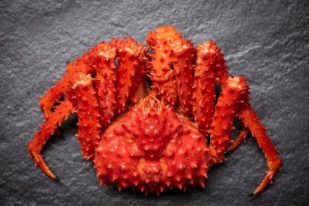 Rei do caranguejo do alasca vapor cozido ou frutos do mar cozidos em caranguejo escuro / vermelho hokkaido Foto Premium