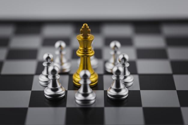 Rei do ouro no jogo de xadrez com conceito para a estratégia da empresa. Foto Premium