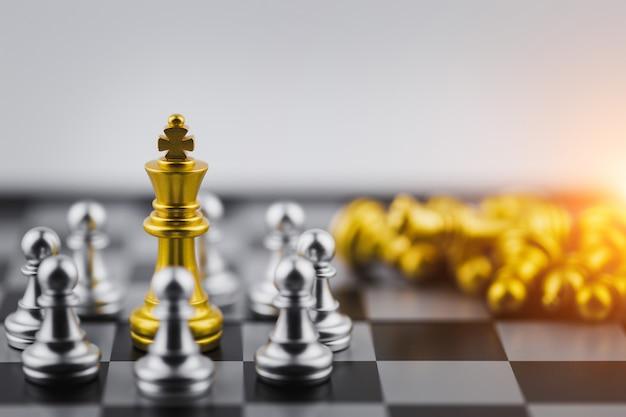 Rei do ouro no jogo de xadrez, vitória de negócios ou decisão o caminho para o sucesso. Foto Premium