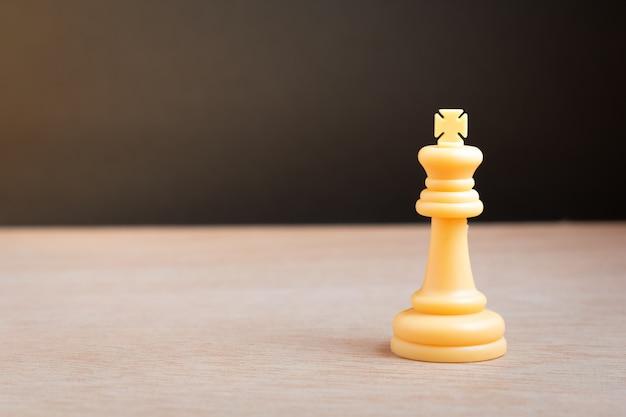 Rei do xadrez branco com fundo preto Foto Premium