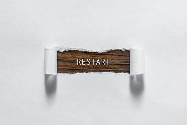 Reinicialização - uma inscrição no papel branco rasgado Foto Premium