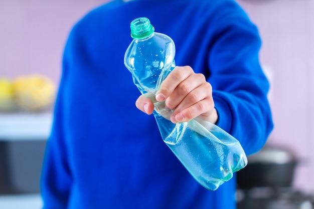 Rejeição de garrafas plásticas e isentas de plástico. pare de plástico. proteção ambiental e cuidados com a ecologia Foto Premium