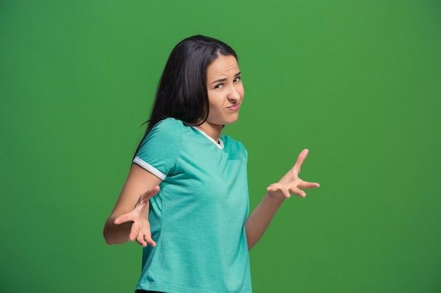 Rejeite, rejeição, conceito de dúvida. mulher duvidosa com expressão pensativa fazendo escolha. Foto gratuita