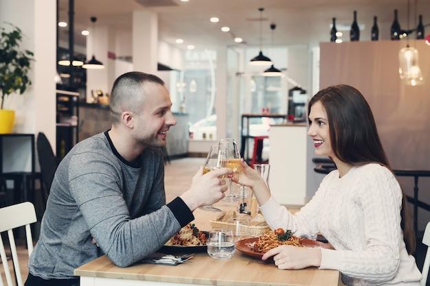 Relação. casal adorável no café Foto gratuita