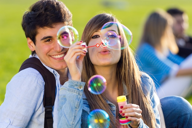 Relação fêmea bonita brincalhão ao ar livre Foto gratuita