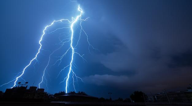 Relâmpago espetacular uma noite tempestuosa Foto Premium