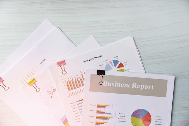 Relatório de documento em papel apresentar gráfico de relatório financeiro e de negócios Foto Premium