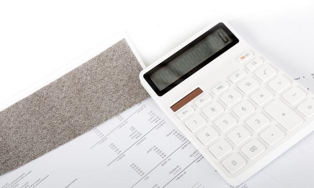 Relatório de resumo da análise de inicialização de negócios e uso de uma calculadora para calcular os números. Foto Premium
