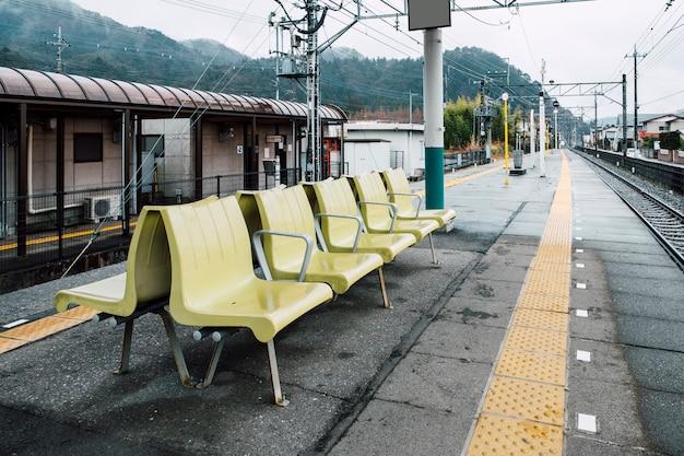 Relax cadeira assento na estação de trem Foto gratuita
