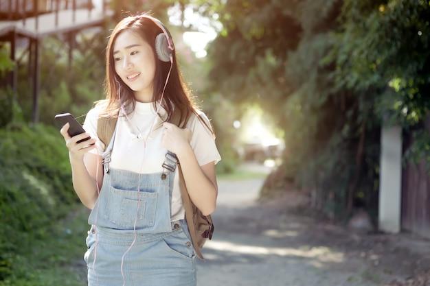Relaxamento, ouça o conceito de música. Foto gratuita