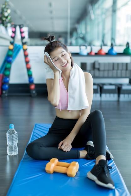 Relaxando após o treino no ginásio Foto gratuita
