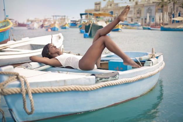 Relaxando em um barco Foto Premium