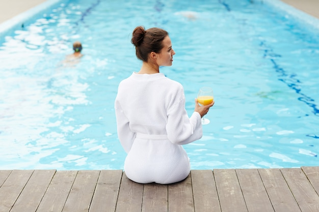 Relaxando na piscina Foto gratuita