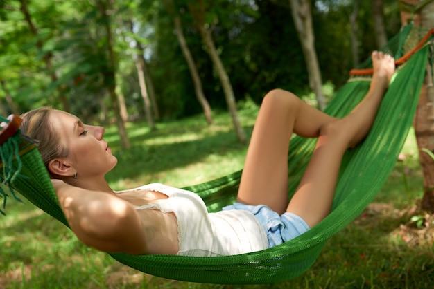 Relaxando na rede Foto gratuita