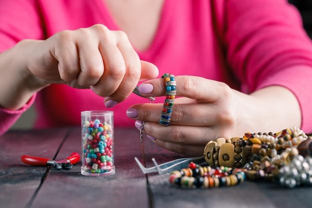 Relaxe o hobby. feminino fazer contas de artesanato Foto Premium