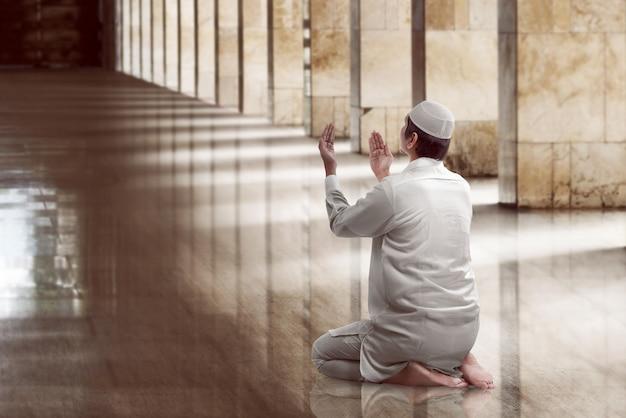Religioso homem muçulmano rezando Foto Premium