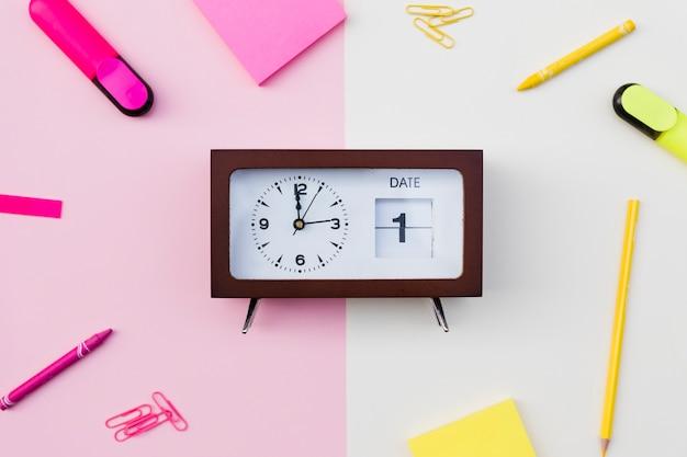 Relógio com data e papelaria Foto gratuita