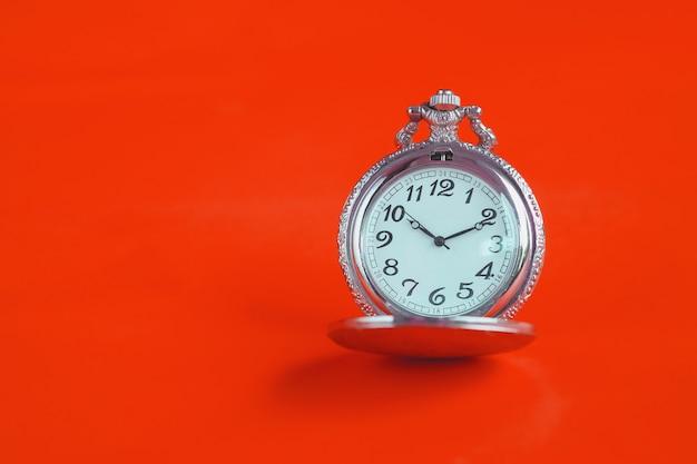 Relógio de bolso do vintage no fundo da cor. Foto Premium