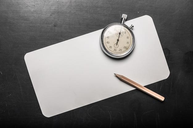 Relógio de bolso em uma mesa preta Foto Premium