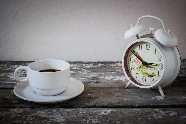 Relógio de mesa de café e madeira Foto Premium