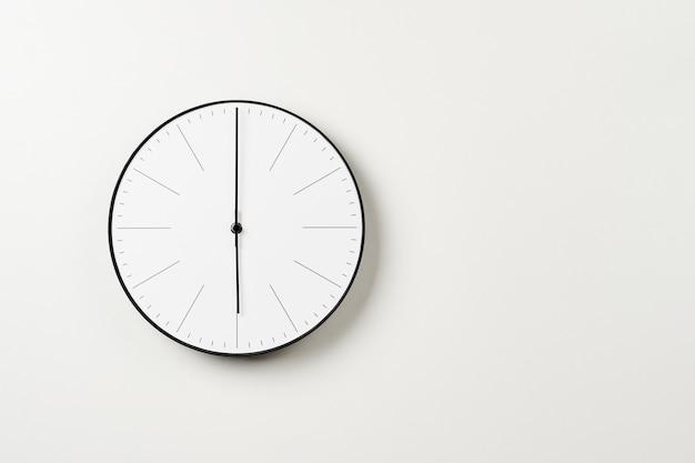 Relógio de parede redondo clássico em branco Foto Premium