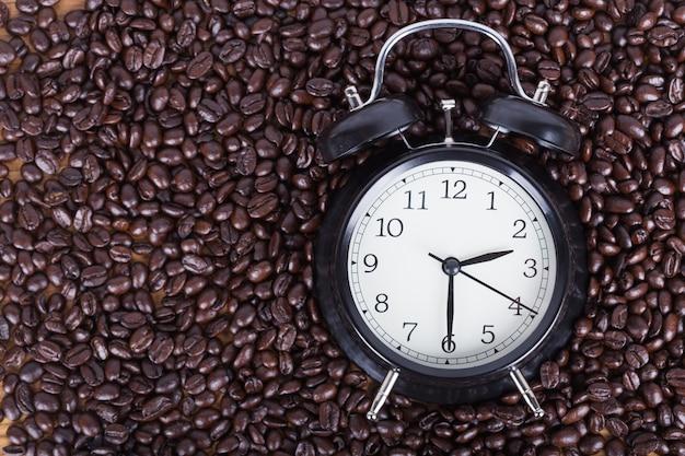 Relógio e grãos de café (conceito de hora do café) Foto Premium
