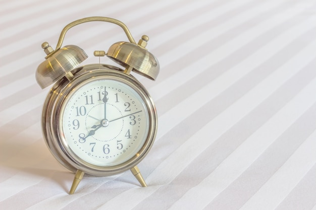 Relógio na cama Foto Premium