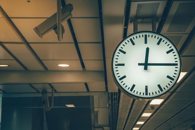 5494147b1bf Relógio na estação de trem tom de cor retro