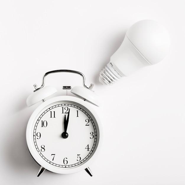 Relógio retrô com lâmpada Foto gratuita