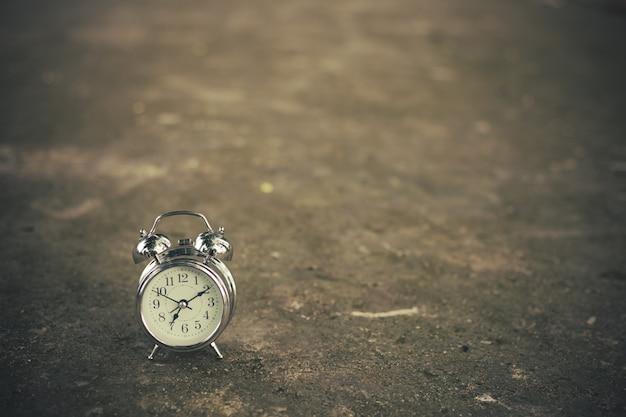 Relógio retrô no chão de tijolos Foto Premium