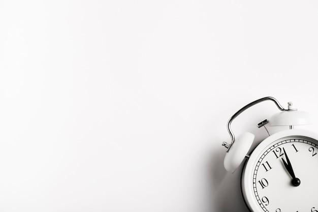 Relógio vintage com espaço de cópia Foto gratuita