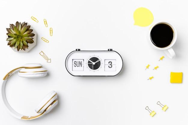 Relógio vintage e estacionário na maquete do espaço de trabalho Foto Premium