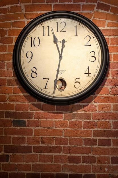 Relógios antigos estilos vintage retro Foto gratuita
