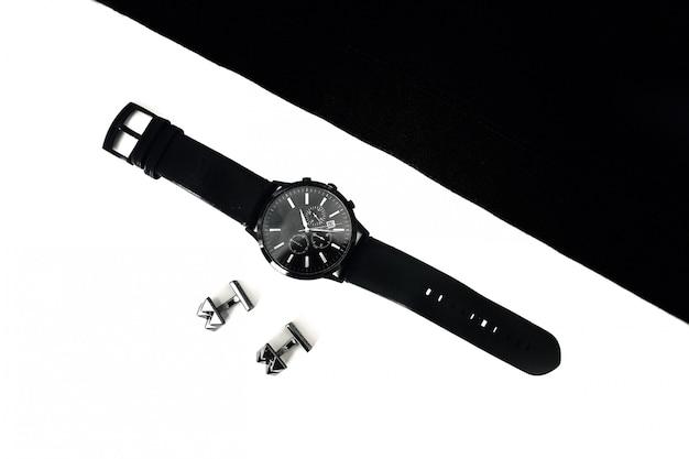 Relógios e abotoaduras na mesa, preto e branco Foto Premium
