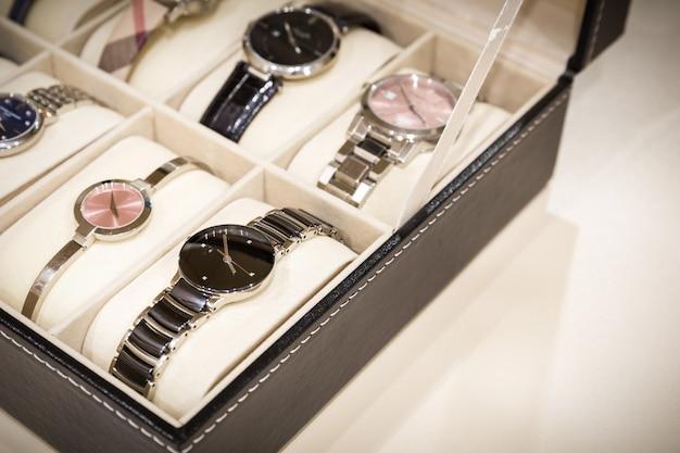 Relógios na caixa Foto Premium
