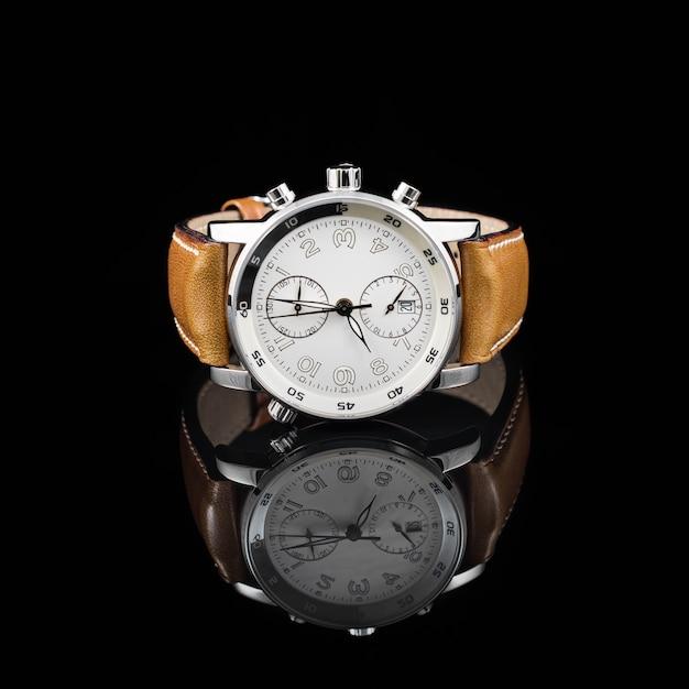 Relógios suíços em fundo preto Foto Premium
