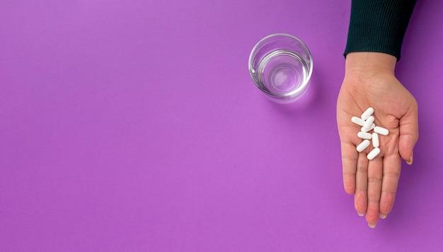 Remédio e copo de água Foto gratuita