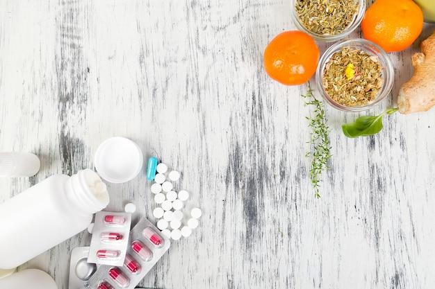 Remédios alternativos e pílulas tradicionais para tratar resfriados e gripes. Foto Premium