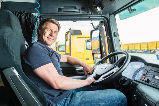 Remetente ou motorista de caminhão na tampa do motorista Foto Premium