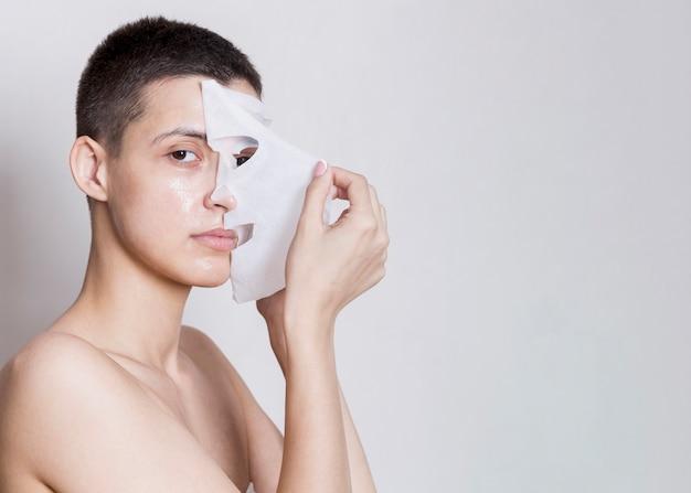 Removendo o processo de máscara facial Foto gratuita