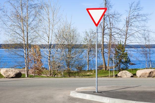 Rendimento, sinal, ligado, estrada, logo, a, azul, lago Foto Premium
