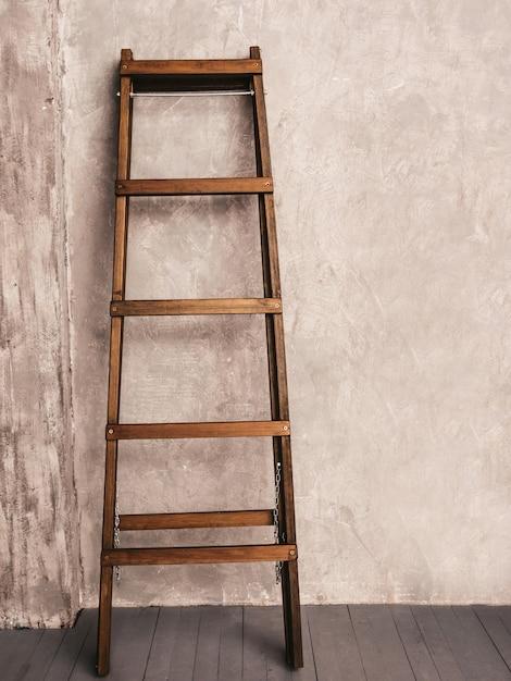 Renovação de apartamento. escada de madeira no quarto vazio Foto gratuita