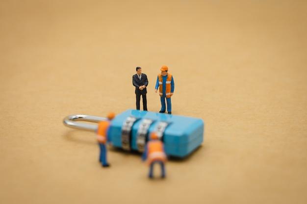 Reparação chave da segurança do trabalhador da construção civil dos povos diminutos e o tratamento Foto Premium