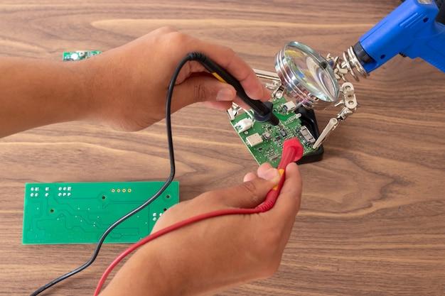 Reparação de circuitos eletrônicos Foto Premium