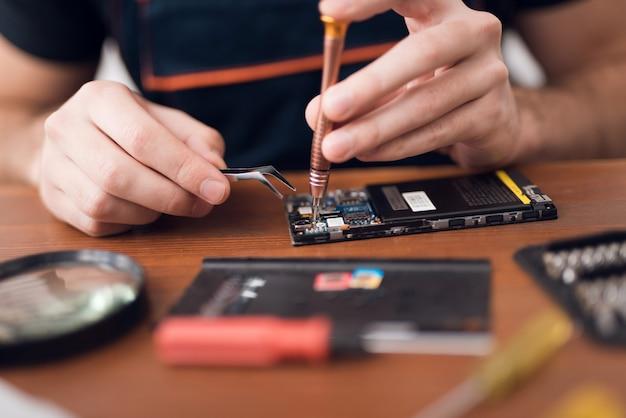 Reparação de telemóveis no serviço de garantia. Foto Premium