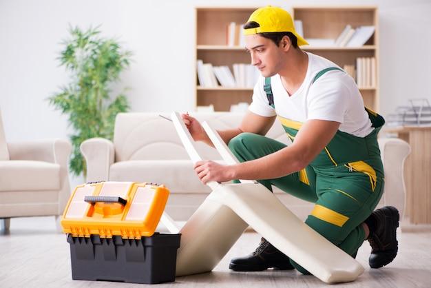 Reparador de móveis reparação poltrona em casa Foto Premium