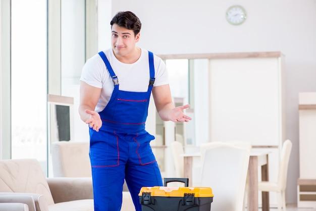 Reparador de móveis trabalhando na loja Foto Premium