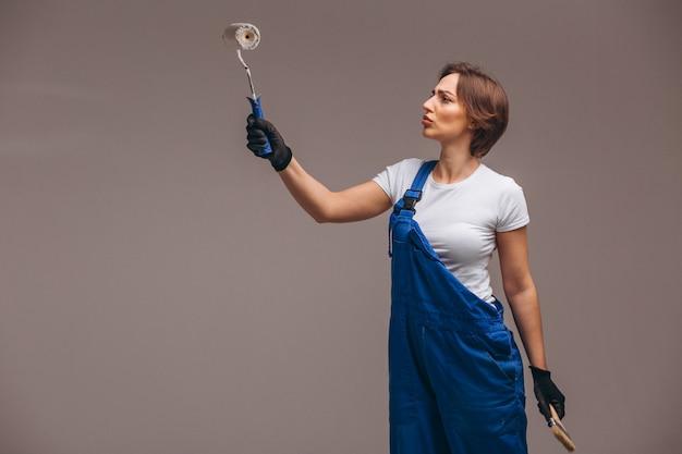 Reparador de mulher com rolo de pintura isolado Foto gratuita